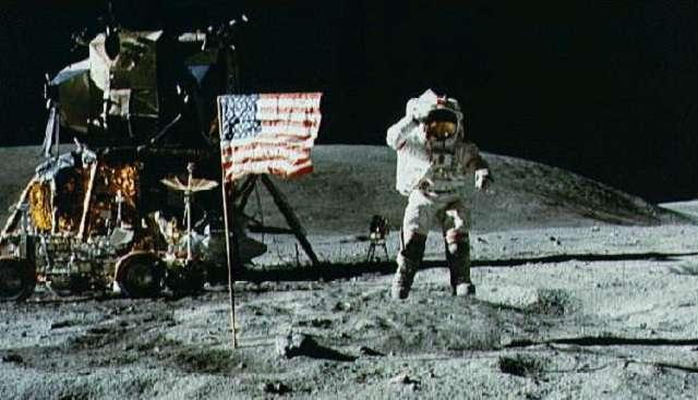 Trump embert küldene a Holdra