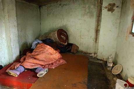 Egy hajléktalan adventi álma falak között, bangladesi menekülttől örökölt Bundeswehr hálózsákban