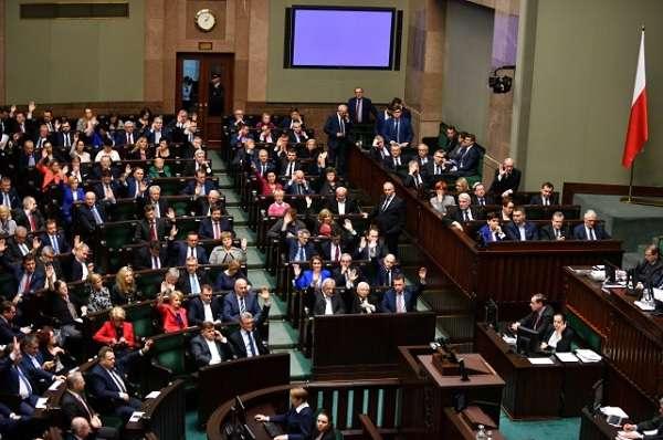 A lengyel felsőház is megszavazta a Brüsszel által vitatott bírósági törvényeket