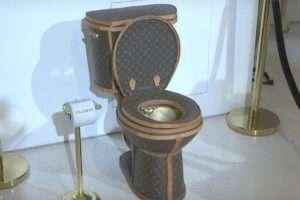 Rogán-Vajna feleségek Louis Vitton wc-je