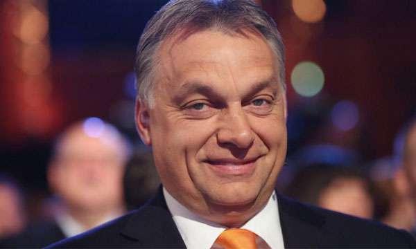 az Orbán-kormány titkosít - Orbán vigyorog