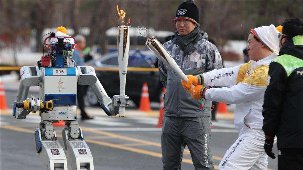 Robot, fáklyával