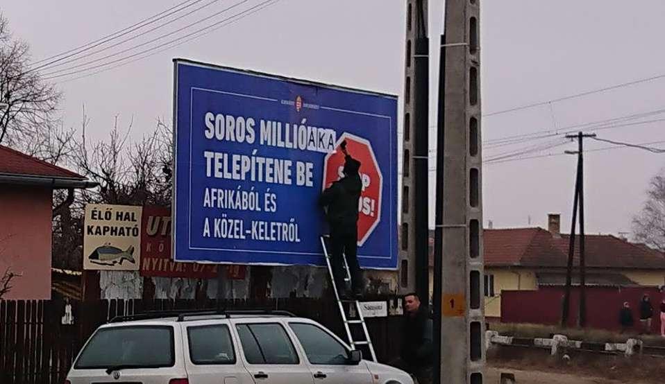 """""""Pökhendi Fideszes üdvöskék vakargatják a """"gólyákat"""" hibbant plakátjukról."""""""