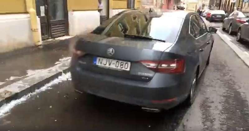 Kósa, a NER brókere autóját zúzva menekül