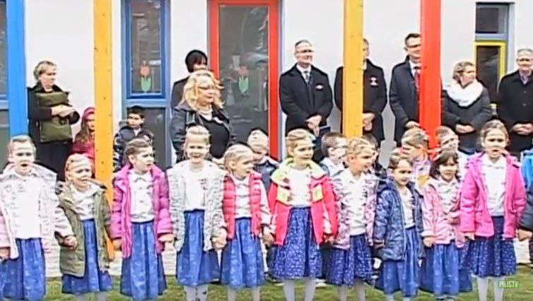 Népviseletbe öltöztetett ovisok Rétvári kampányában - mi köze a gyerekeknek a Fideszhez?