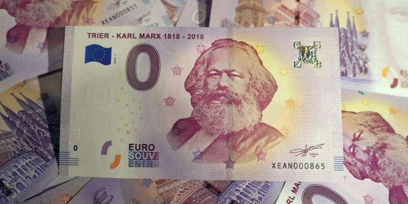 """Marx-Euro, """"Tőkét"""" tartó kacsa, arcképes bögre, Marx-vörösbor - így ünnepel a szülőváros"""