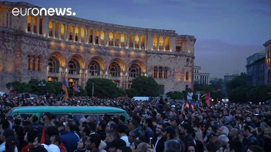 örmény tüntetés Nikol Pasinjan