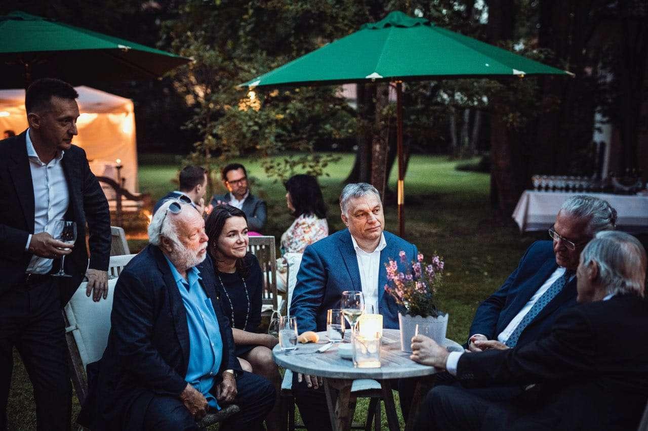 Repes a szív, ahogy együtt poharazgat Orbán, Novák, Rogán, Vajna Bajorországban