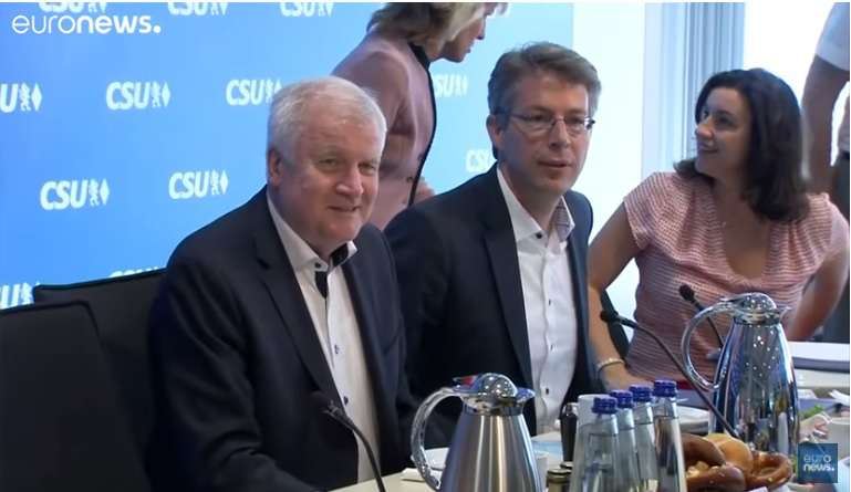 Horst Seehofer (b) bejelenti lemondását