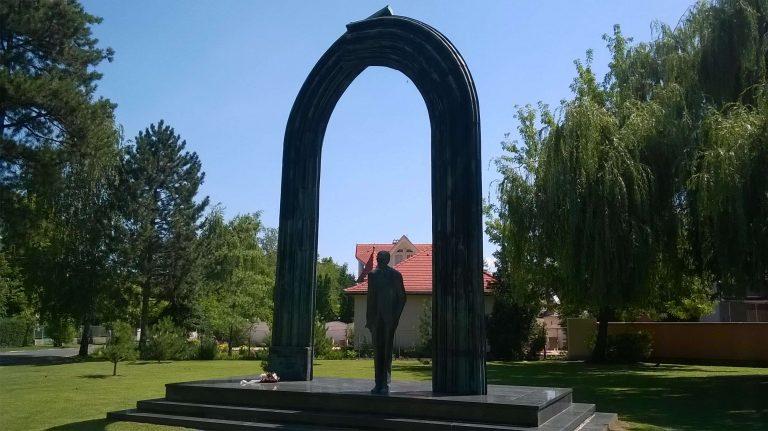 Karolyi szobor