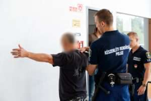rendőrség letartóztat