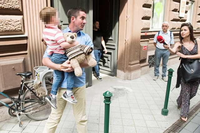 Kocsis Máté és Győri Péter a szavazókör előtt
