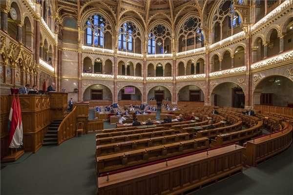 parlament: gyülekezési jog, választási törvény