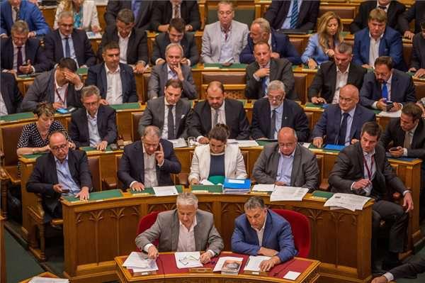 Országgyűlés: a fidesze képviselők szavaznak