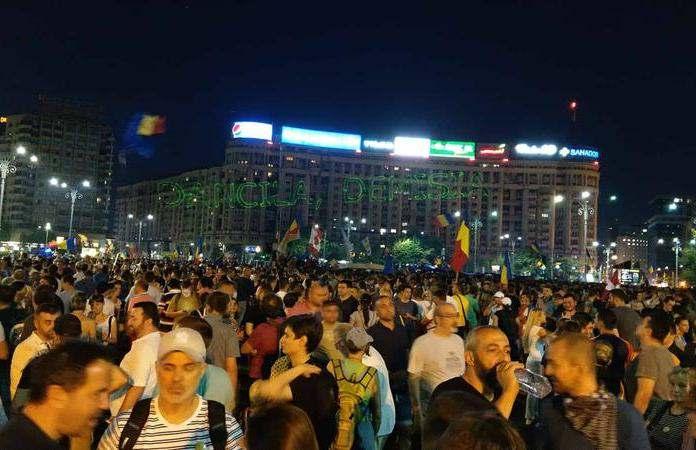 tüntetők a román kormány székházánál