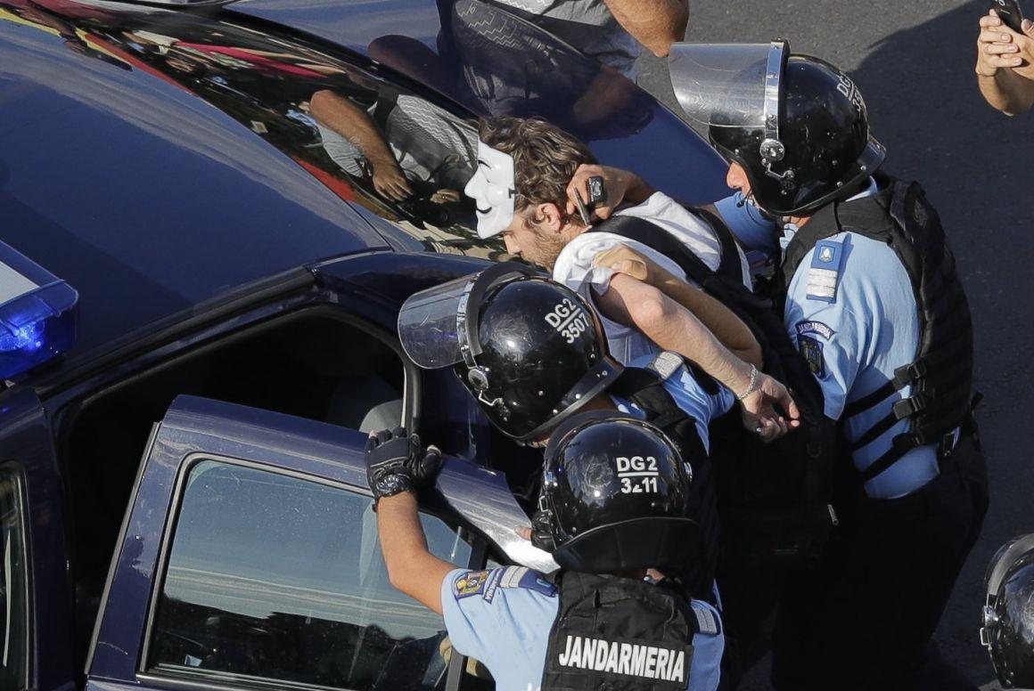 A román csendőrség kiszorította a tüntetőket a kormány székháza elől 1