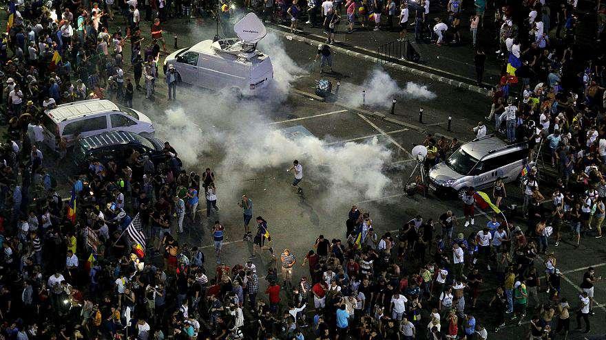 A román csendőrség kiszorította a tüntetőket a kormány székháza elől 2
