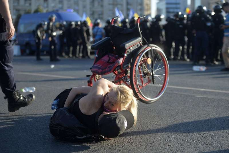 A román csendőrség kiszorította a tüntetőket a kormány székháza elől 3