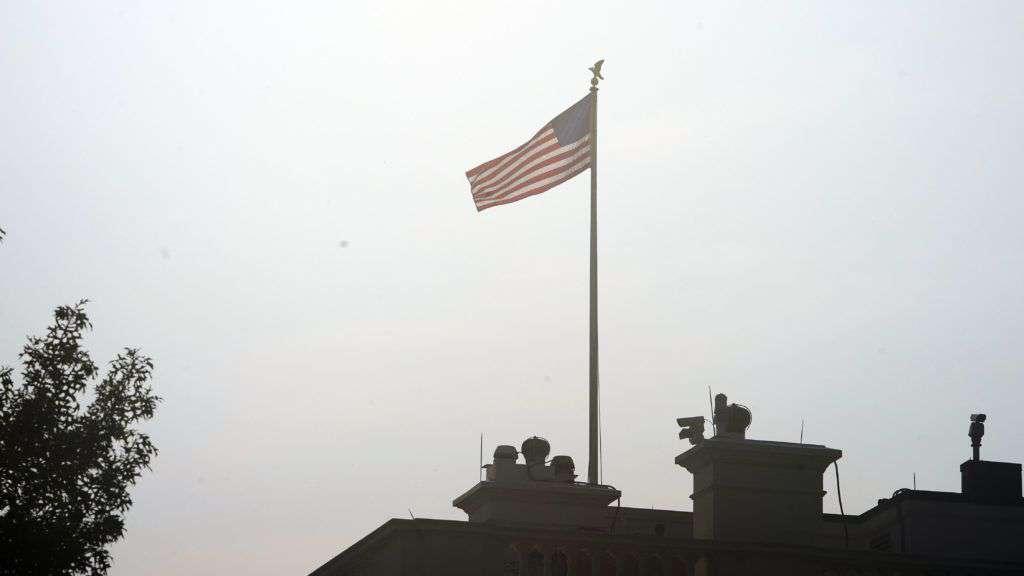John McCain halála - nem engedték félárbócra a zászlót
