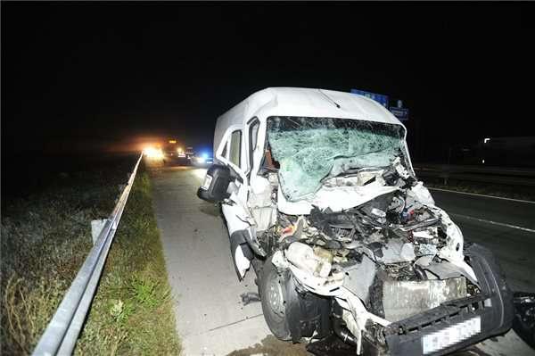 kamionba rohant egy kisteherautó