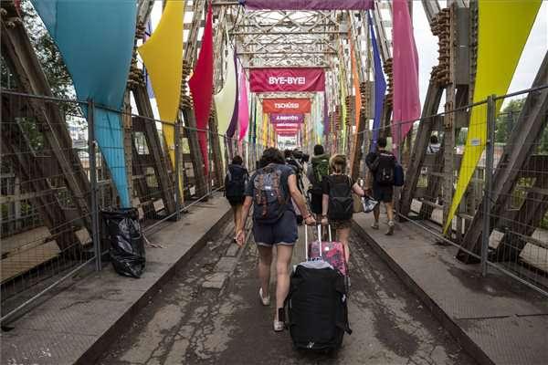 Fiatalok távoznak a Sziget fesztivál zárása után