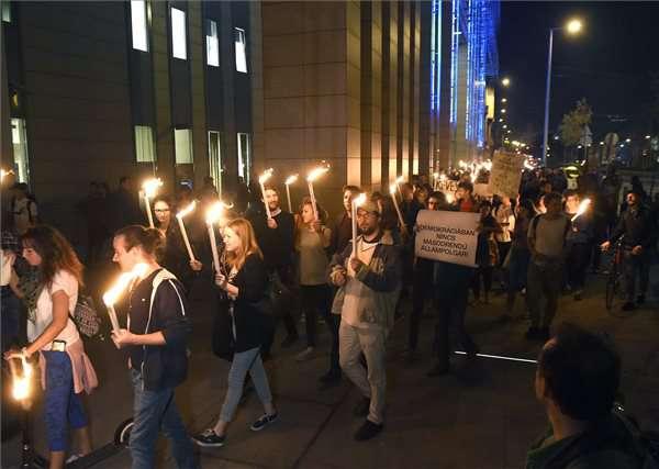 tüntetés a Corvinus épületénél