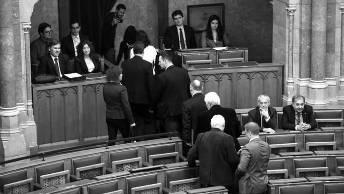 parlament-kivonulas