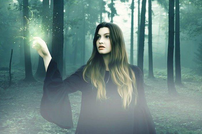 világ, nő az erdőben