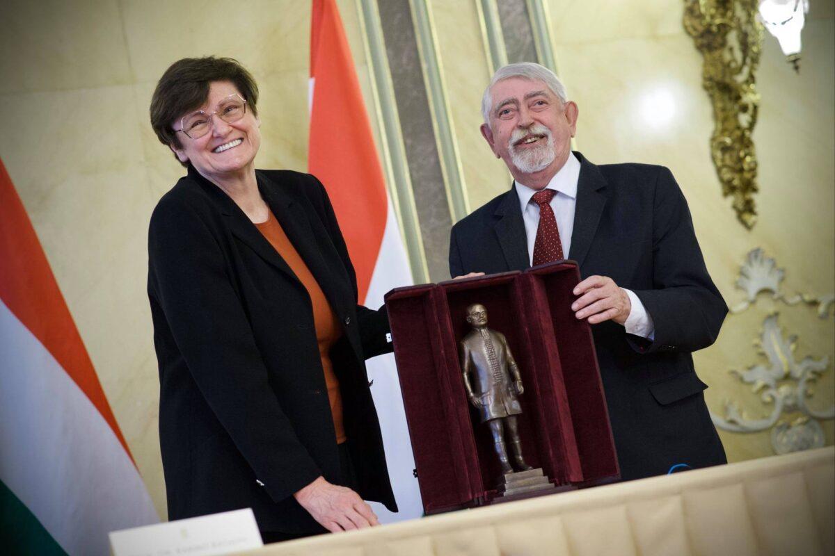 Karikó Katalin megkapta a Semmelweis-díjat - a Pfizerből viszont nem kérünk többet