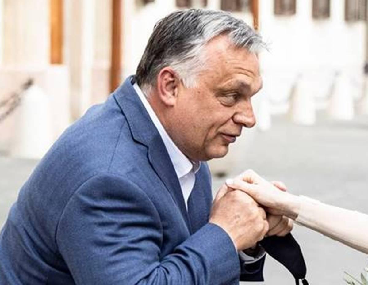 Orbán kisétált a Karmelita elé és aki arra kolbászolt, elkapta egy fotóra!