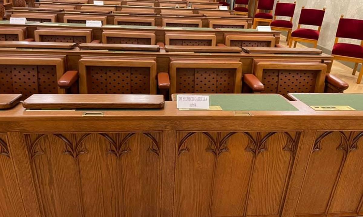 Selmeczi Gabriella és a fideszesek faképnél hagyták Pintér Sándort és a népjóléti bizottságot