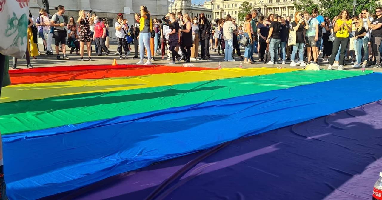 Élő közvetítés a Fidesz homofób törvényjavaslata elleni tüntetésről