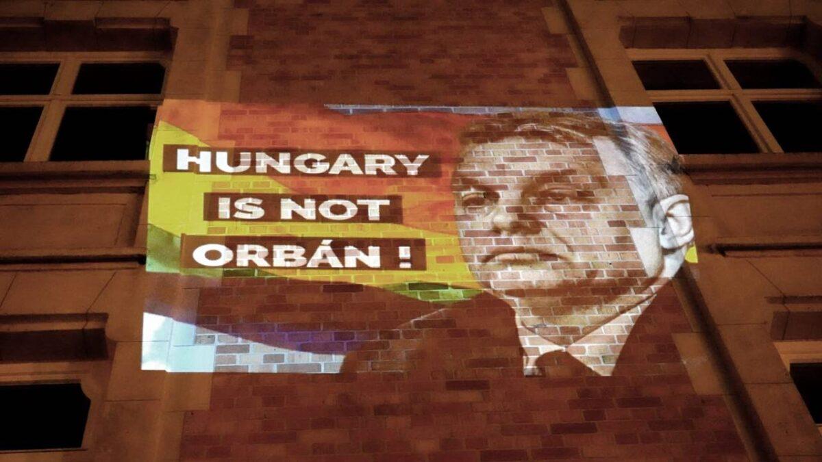 """Frappáns DK-s gerillaakció Brüsszelben: """"Hungary is not Orbán"""""""