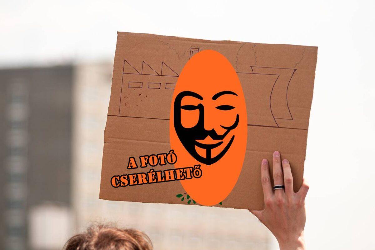 """Központi párt-tüntetőtáblaelosztó Kiskunhalason? - Spontán tünti után le kell adni a """"munkaeszközt"""", jó lesz legközelebb!"""