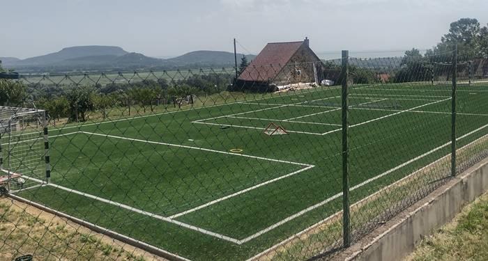 Hadházy: Szijjártó balatoni nyaralója mellett található az ország legpazarabb panorámájával rendelkező focipályája
