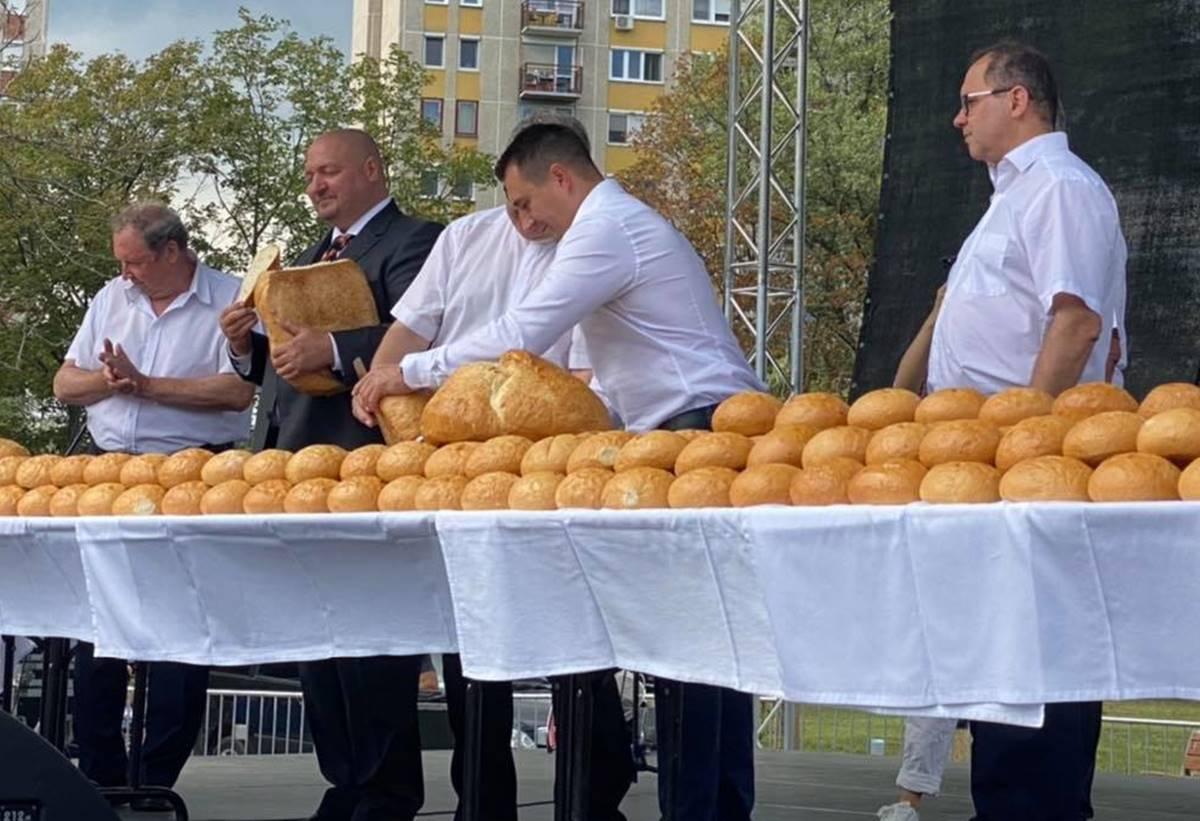 """Németh Szilárd az ünnepre való tekintettel pöri nélkül """"kenyerezett"""", ellenzékezett, brüsszelezett, ahogy a nagy napon illik!"""