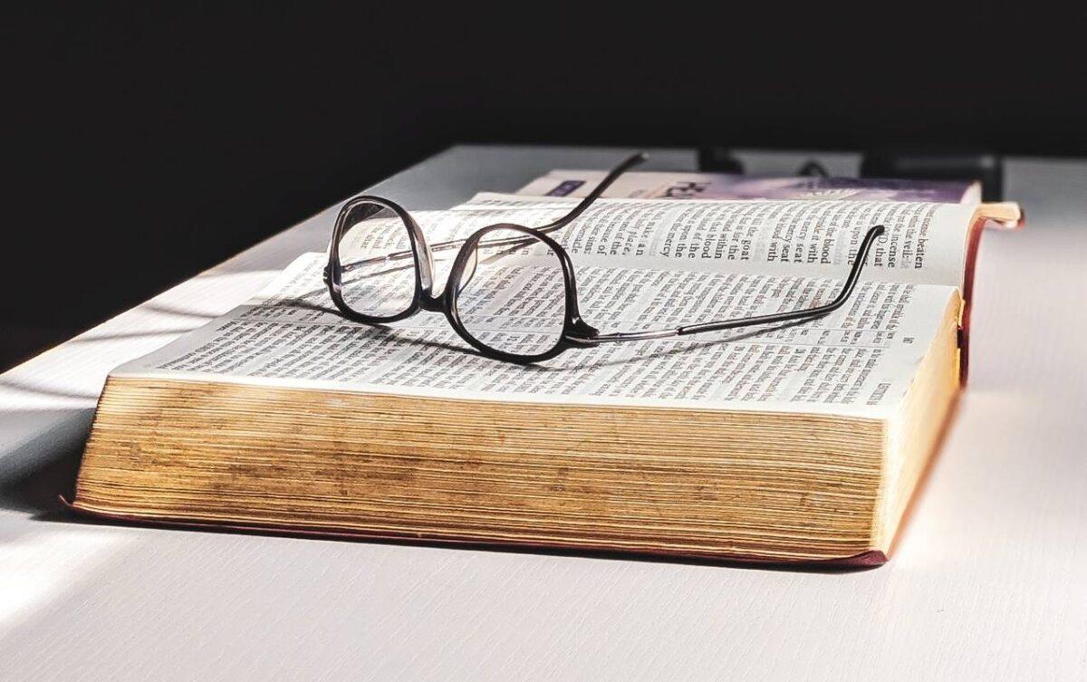 Csak olvasgatok, és reszelgetem a körmöm