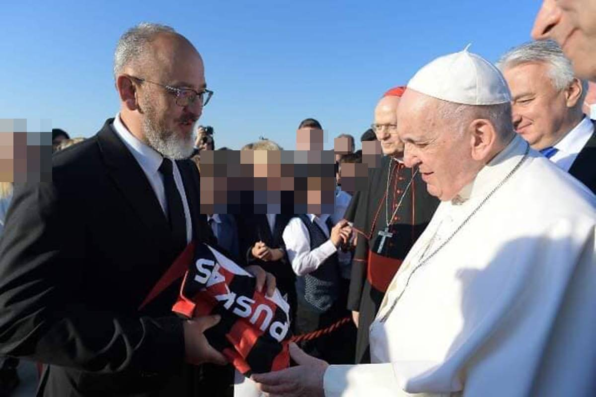 Überciki és sajnos nagyon jellemző: Puskás-mezt is kapott ajándékba Ferenc pápa!