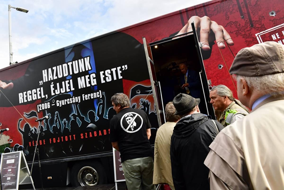 """CÖF-vándorkamion grasszál október 23-ig az országban, """"Vérbe fojtott köztársaság"""" névre hallgató hangos-képes kiállításnak álcázva!"""